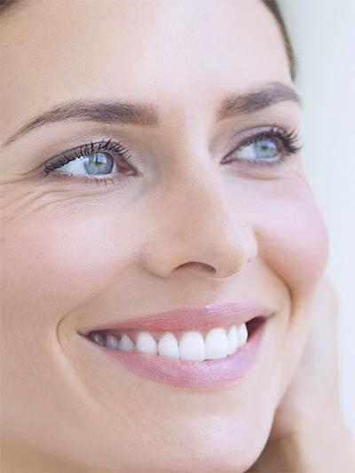 Freundlich lächelnde Frau
